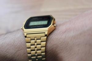 Goldene Casio Digitaluhr